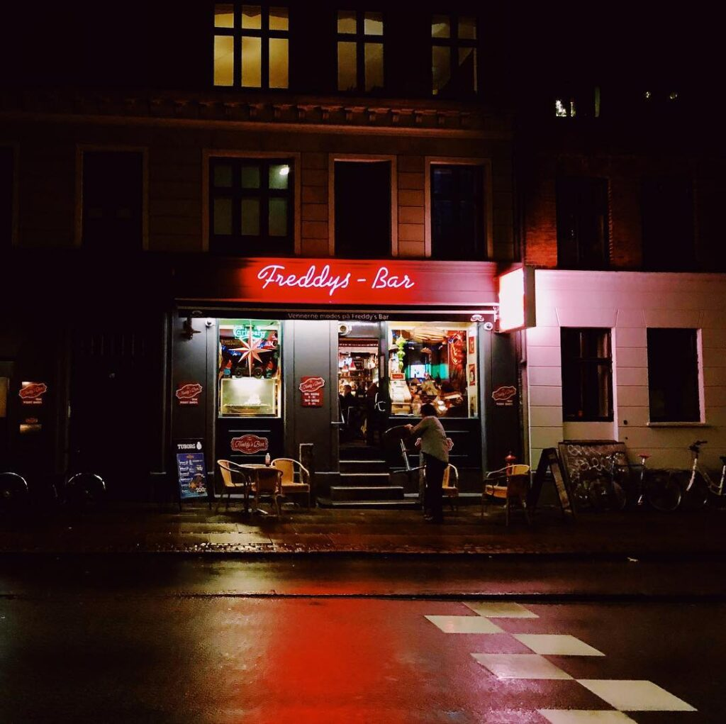 Freddy's bar by night