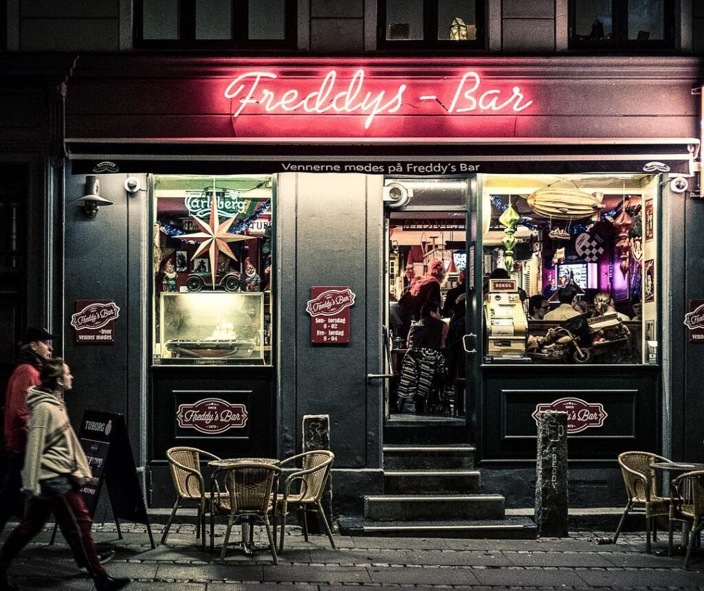 Freddys bar by night